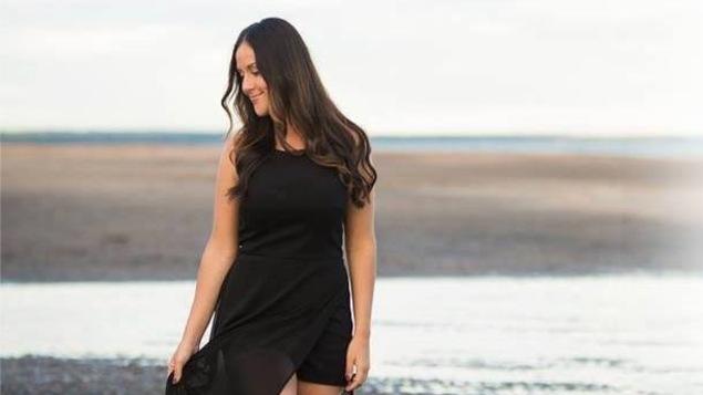 La chanteuse Nathalie Noël, sur une plage nord-côtière