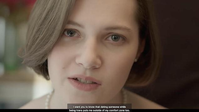 Gros plan du visage d'Alice Bédard qui regarde la caméra.