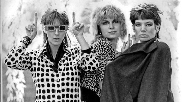 Les trois membres de Blue Oil, avec un style des années 1980, en noir et blanc.