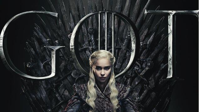 Daenerys Targaryen sur le trône de fer, avec les lettres GOT en gros en arrière-plan.