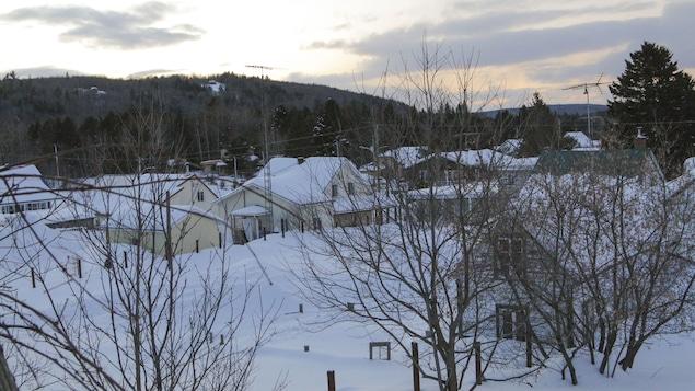 Le village de Saint-Élie-de-Caxton, à la brunante.