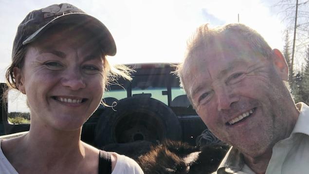 Stéphanie Boulay et son père Paul-Aimé sont devant un camion pick-up.