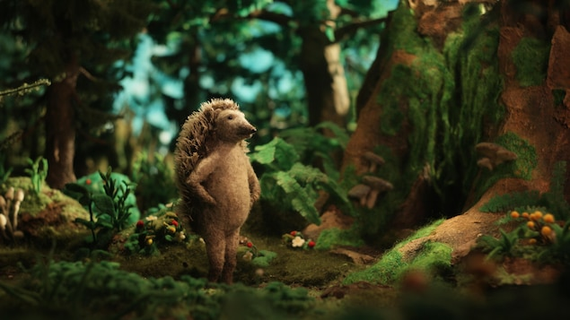 Le petit hérisson en laine feutrée est planté au milieu de la forêt qui constitue le décor en trois dimensions du film d'animation.