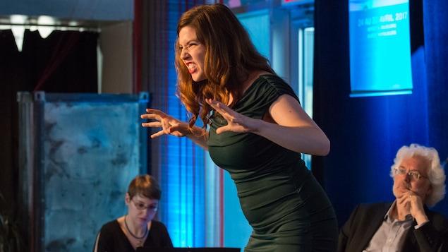 La soprano Chelsea Rus chante sur scène.