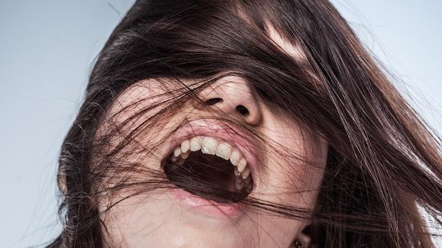 Portrait d'une jeune femme en extase. Certaines recherches tendent à prouver que le point G ne serait en fait que le prolongement du clitoris, ce qui pourrait remettre en question les croyances entourant les orgasmes dits clitoridiens ou vaginaux.