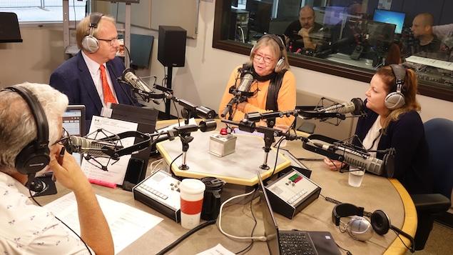 Mario Lavoie, Bill Clennett et Sophie Fréchette, membres du panel des élections provinciales 2018 de l'émission Les matins d'ici.