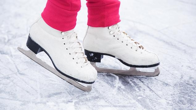 Des patins blancs avec des pantalons roses