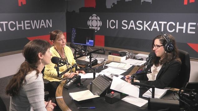 Deux femmes s'entretiennent avec une animatrice radio