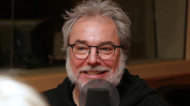 Christian Bégin devant un micro de radio.