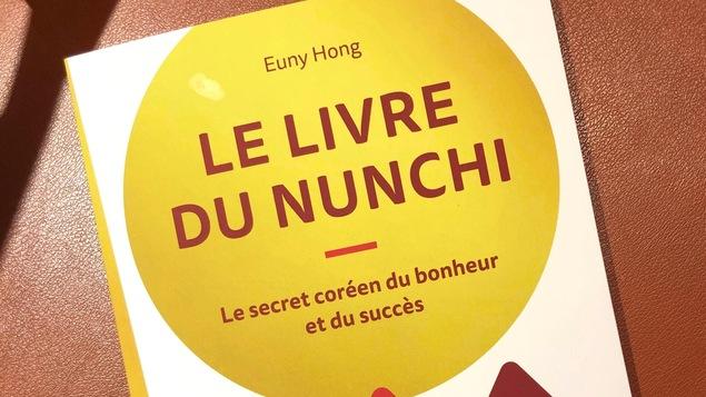 Photo de la couverture du livre Le livre du nunchi : Le secret coréen du bonheur et du succès avec des dessins abstraits de sommets de montagnes.