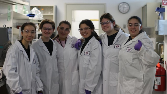 Le six jeunes chercheuses dans le laboratoire du Centre canadien de rayonnement synchrotron.