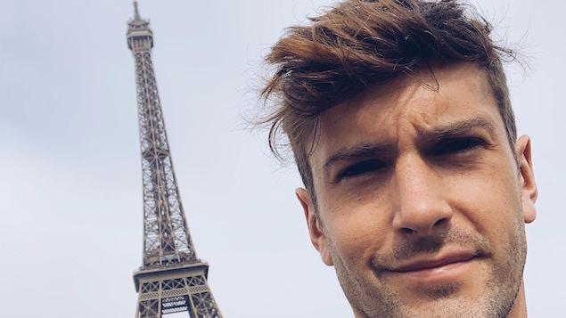 Philippe Touzel, acteur, chanteur danseur, devant la tour Eiffel