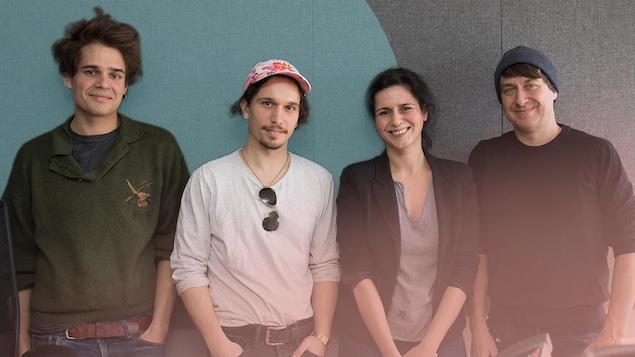 Renaud Lessard, Jonathan Beaulieu-Cyr, Helen Faradji et Éric Morin posent souriant en regardant la caméra.