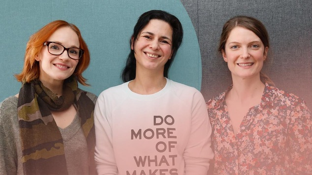 Marianne Farley, Helen Faradji et Geneviève Dulude-De Celles posent tout sourire en regardant la caméra.