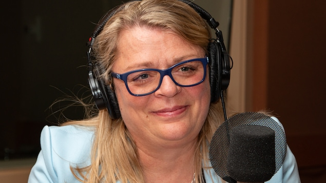 Vêtue d'un veston bleu, la musicienne sourit au micro de l'émission.