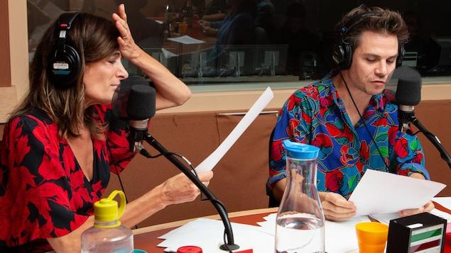 Les deux comédiens sont habillés de blouses très colorées, avec des imprimés floraux de grande taille.