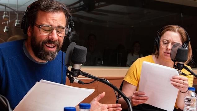 Les deux comédiens lisent leur texte avec beaucoup d'implication émotive.
