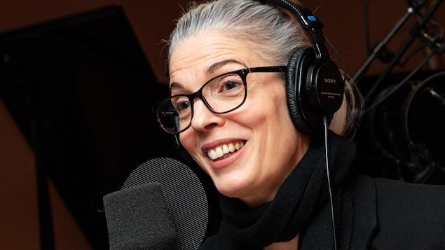 La comédienne aux lunettes sourit à l'animatrice.