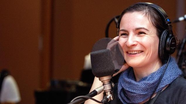 Valérie Lefebvre-Faucher sourit devant un micro.