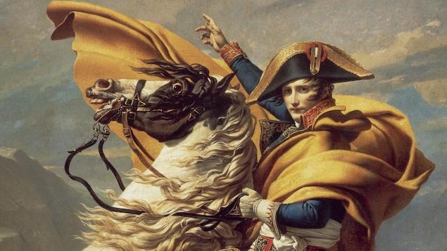 Napoléon chevauchant un cheval blanc.