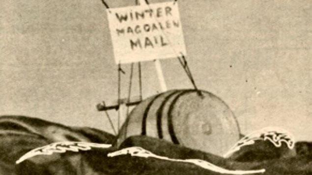 Photo d'archives où on voit le dessin d'un baril muni d'un gouvernail et d'une voile flottant sur les vagues