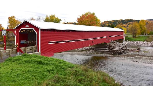 Le pont couvert de Saint-Edgar, peint en rouge, à l'automne