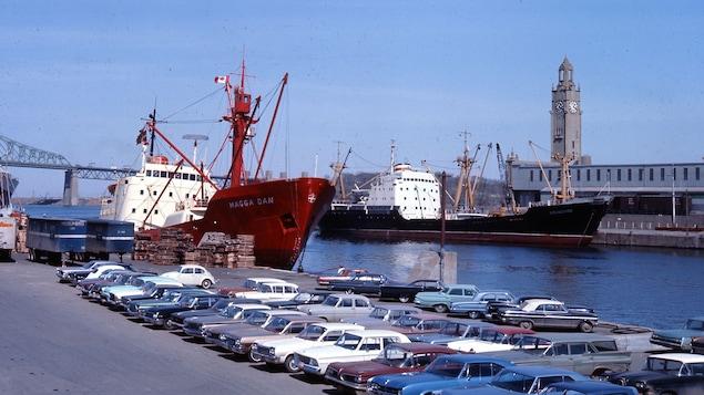 Le port de Montréal et la tour de l'Horloge en 1966