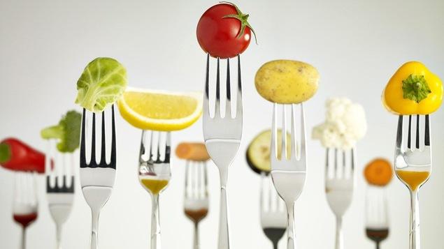 Des fruits et légumes piqués sur des fourchettes