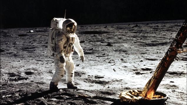 Buzz Aldrin en combinaison d'astronaute sur la Lune.