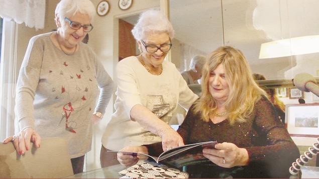 Adrianne Brasseur et Édith Désilet, atteinte d'Alzheimer, en compagnie de Marie-France Bazzo
