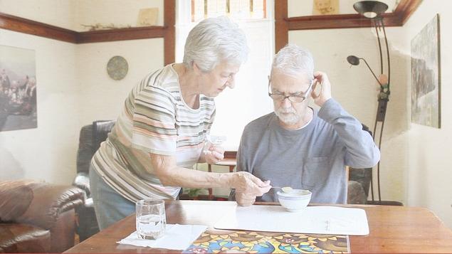 Rita Tétreault aide son conjoint, Michel Émond, à manger à la cuillère