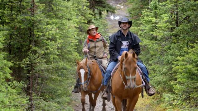 Arthur l'aventurier et Tom le cowboy sur des chevaux en forêt