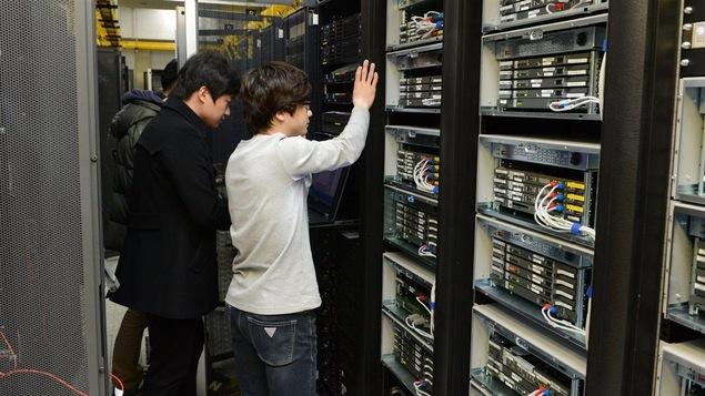 Des employés du diffuseur KBS vérifient l'état du matériel informatique.