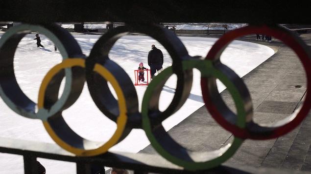 Une enfant apprend à patiner à la Place olympique de Calgary.