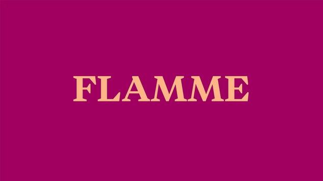 Le mot flamme écrit sur fond mauve