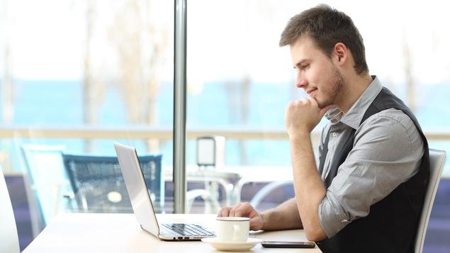 Un homme utilise son ordinateur