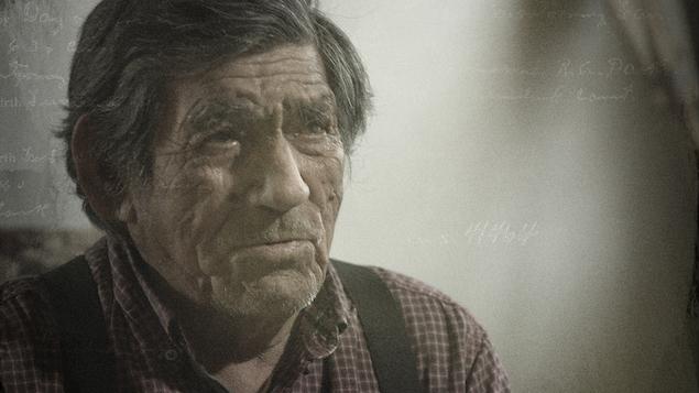 Gros plan du visage d'un des aînés de la communauté de Pakuashipi, Andrew Poker, qui a vécu la déportation.