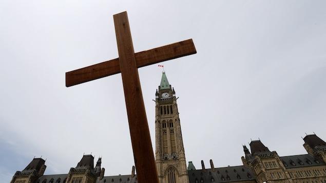 Une croix en bois devant le parlement d'Ottawa