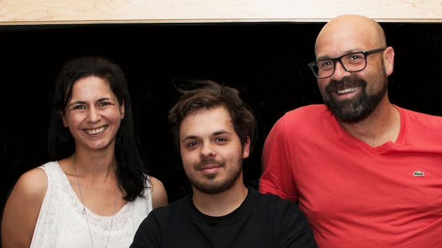 L'animatrice Helen Faradji avec ses invités Jean-Carl Boucher et Ricardo Trogi, dans le studio 22 de Radio-Canada.
