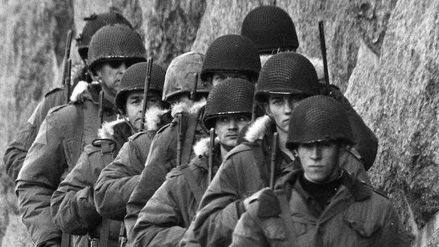 Des militaires protègent le siège social de la Sûreté du Québec le 18 octobre 1970.