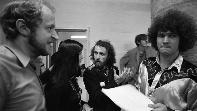 Le parolier Marcel Sabourin et Robert Charlebois en coulisses d'un spectacle en 1970.