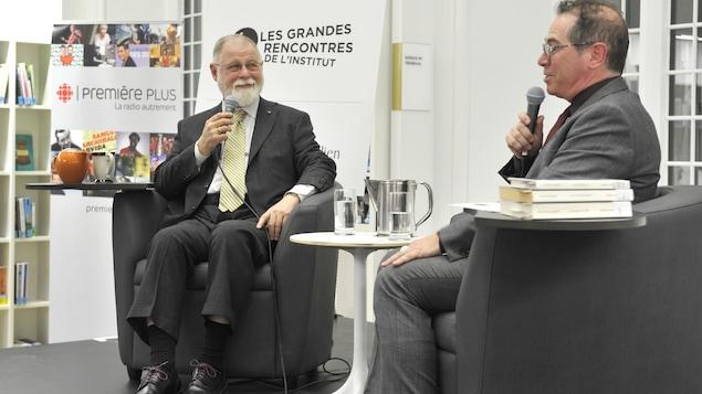 Bernard Gilbert, directeur de la Maison de la littérature, rencontre l'auteur Alberto Manguel.