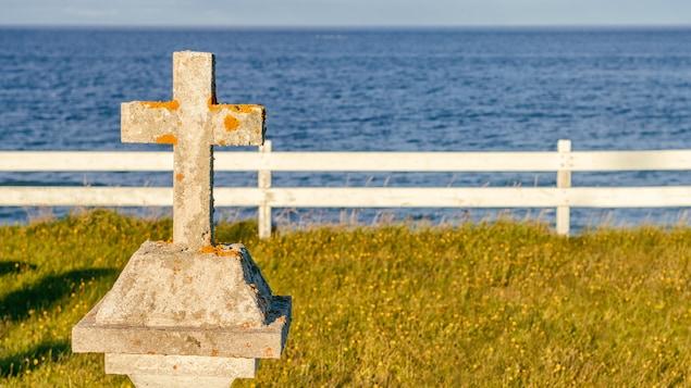 Une croix sur le bord de l'eau