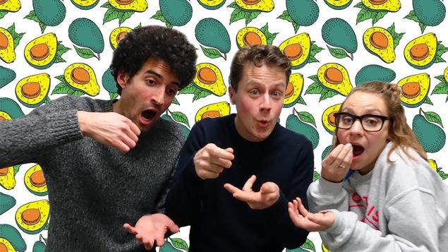 Alex Fredo, Olivier Morin et Léane Labrèche-Dor font semblant de manger.