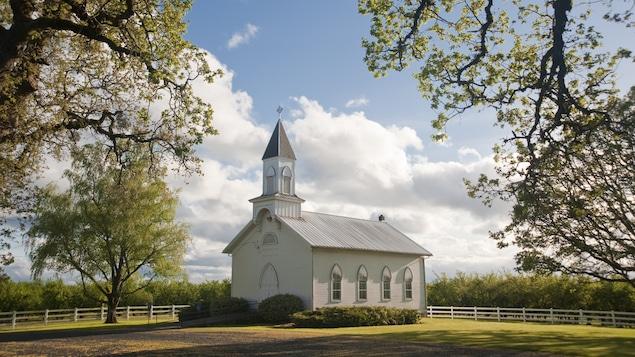 Une petite église blanche en campagne