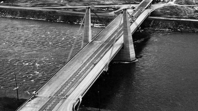 Le pont de la Concorde relie l'île de Montréal aux îles Sainte-Hélène et Notre-Dame.