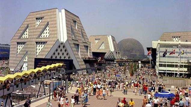 Une vue générale du site d'Expo 67, dans laquelle ont aperçoit le Minirail et les pavillons de l'Homme, des États-Unis et de la Scandinavie.