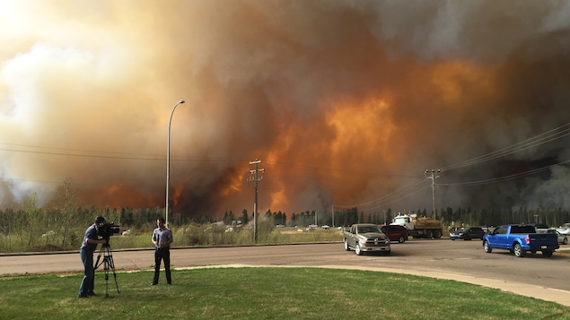 Un journaliste en direct devant le feu de Fort McMurray à l'été 2016