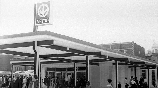 L'entrée d'une station de métro de Montréal dans les années 60