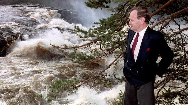 Jean Chrétien au bord des chutes Shawinigan le 25 octobre 1993